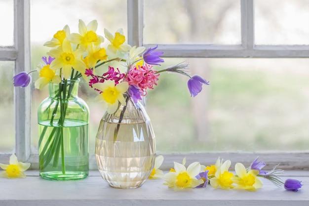 Wiosenne kwiaty na parapecie