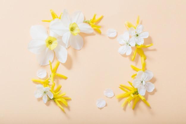 Wiosenne kwiaty na pomarańczowym tle papieru