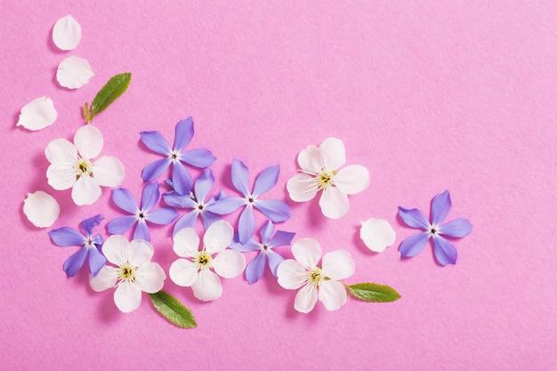 Wiosenne kwiaty na różowym stole