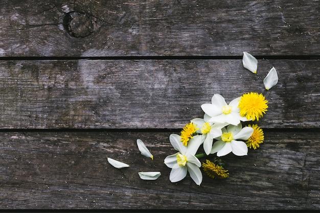 Wiosenne kwiaty na starym drewnianym tle