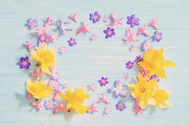 Wiosenne kwiaty na starym niebieskim drewnianym