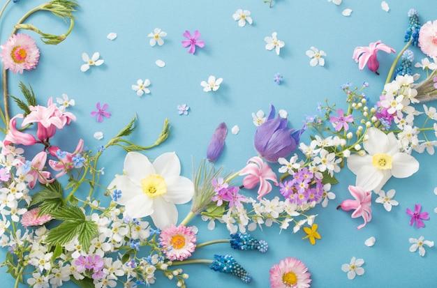 Wiosenne kwiaty na tle papieru