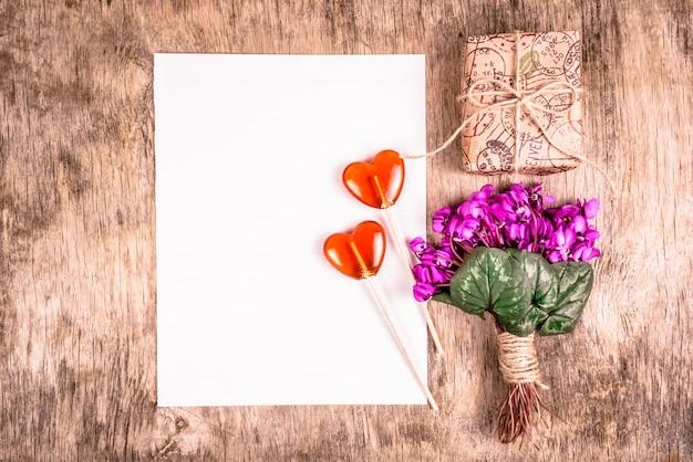 Wiosenne kwiaty, romantyczny list, pudełko