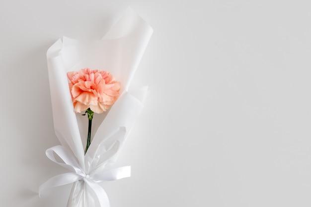 Wiosenne kwiaty. świeży bukiet z goździków w minimalistycznym stylu