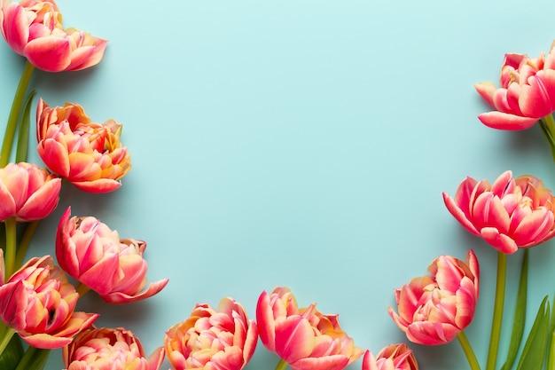 Wiosenne kwiaty. tulipany na tle pastelowych kolorów. kartkę z życzeniami retro styl vintage. dzień matki, wielkanoc