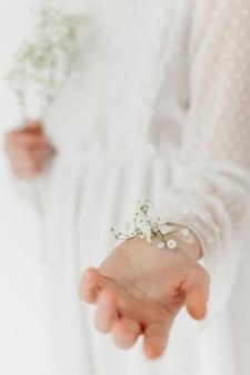 Wiosenne kwiaty utknęły pod ręką