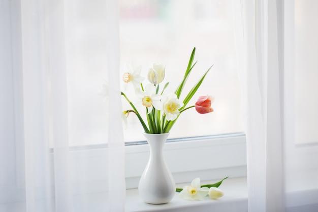 Wiosenne kwiaty w białej wazonie