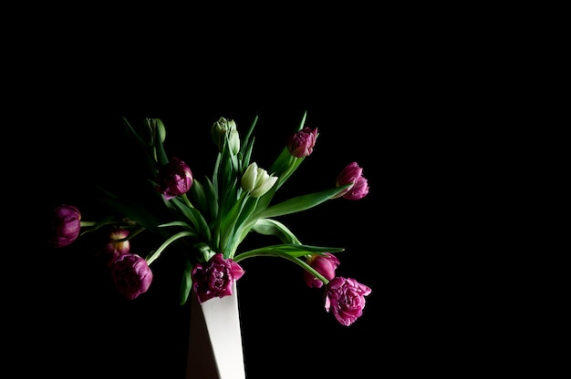 Wiosenne kwiaty w wazonie sztuki niski klucz kopia przestrzeń