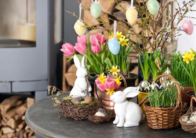 Wiosenne kwiaty z dekoracjami pisanki tulipany przebiśniegi narcyz kwitnie na białym tle
