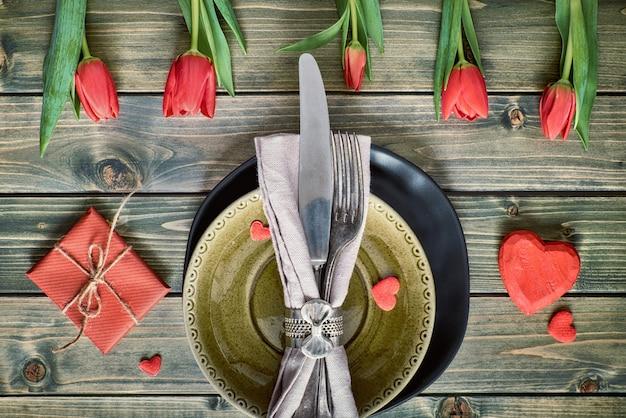 Wiosenne menu z jasnożółtym talerzem i dekoracją na sztućce