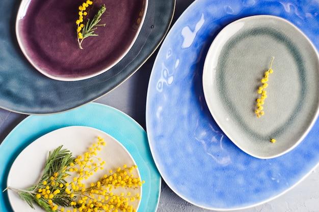Wiosenne nakrycie stołu z kwiatami mimozy