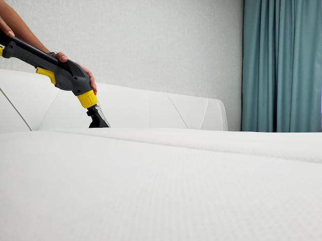 Wiosenne porządki lub regularne sprzątanie. wyczyść materac.