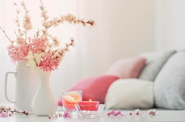 Wiosenne różowe kwiaty w wazonie na białym wnętrzu