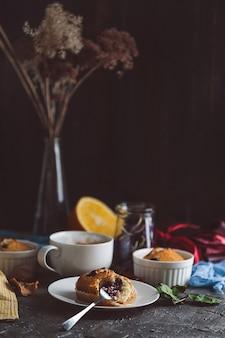 Wiosenne śniadanie z babeczkami w stylu rustykalnym