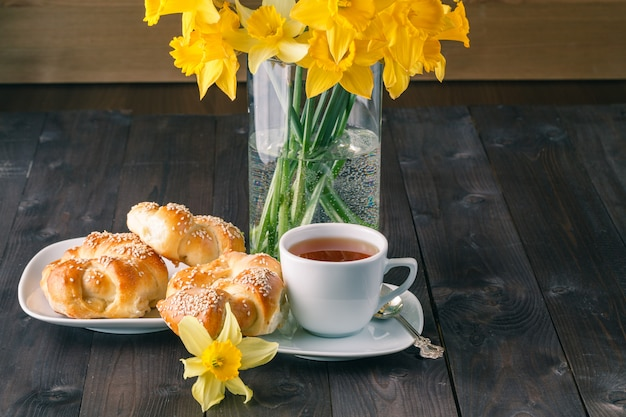 Wiosenne śniadanie ze świeżo upieczonymi chrupiącymi bułeczkami sezamowymi