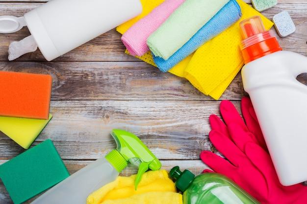 Wiosenne sprzątanie domu. zestaw środków czyszczących