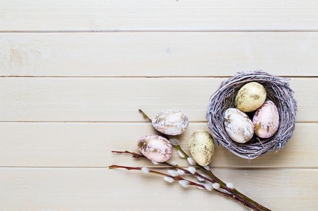 Wiosenne tulipany wielkanocne w wiadrze na białym tle vintage.