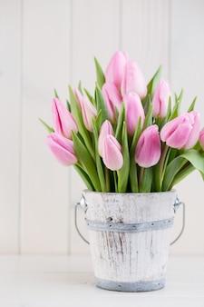Wiosenne tulipany wielkanocne w wiadrze