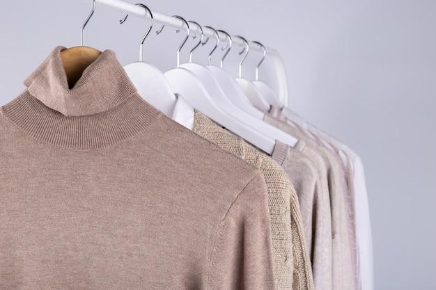 Wiosenne ubrania wiszące na stojaku