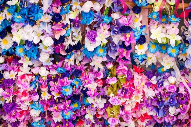 Wiosenne wieńce kwiatów w różnych kolorach