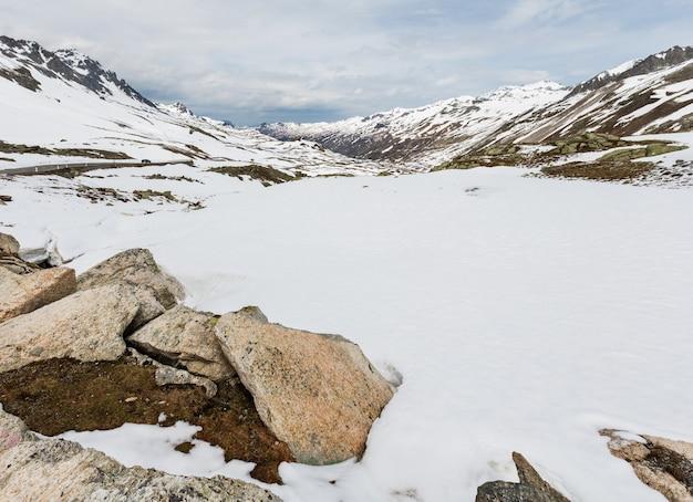 Wiosenny krajobraz górski alp z alpejską drogą (fluela pass, szwajcaria)