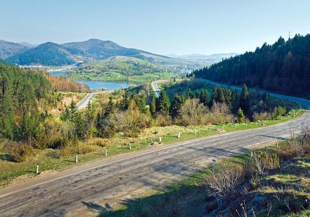 Wiosenny krajobraz kraju z drogą, wioską i rzeką