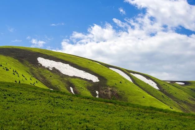 Wiosenny krajobraz w górach ze śniegiem