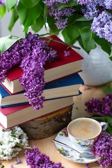 Wiosenny nastrój. książki, kawa i gałęzie bzu