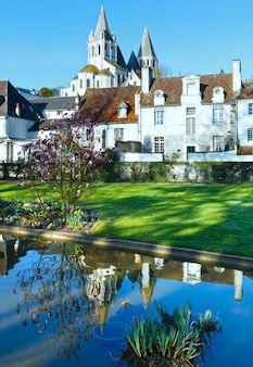 Wiosenny piękny park publiczny w mieście loches (francja)