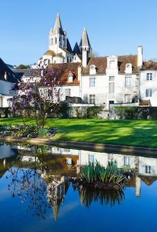 Wiosenny piękny park publiczny w mieście loches we francji