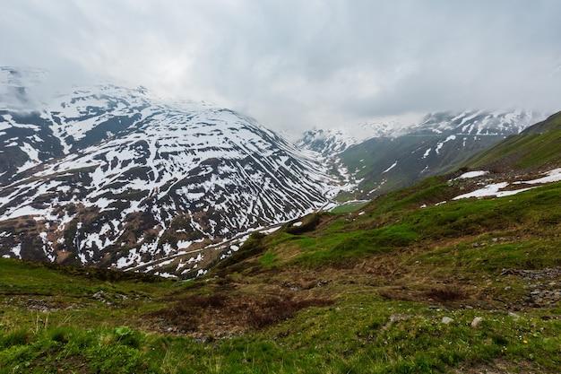 Wiosenny pochmurny krajobraz górski (przełęcz oberalp, szwajcaria)