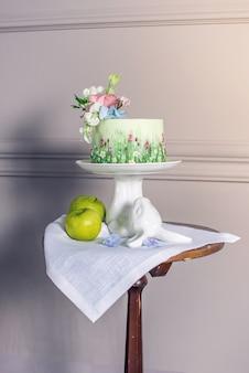 Wiosenny tort weselny ozdobiony kolorowymi kwiatami i hortensjami