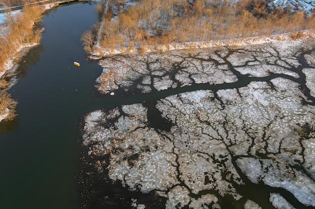 Wiosenny wczesny dryf na pięknej rzece z odłamanymi kawałkami lodu spływają w dół