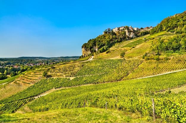 Wioska chateau chalon nad winnicami we francji