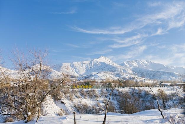 Wioska chimgan w uzbekistanie w zimie. system górski tien shan