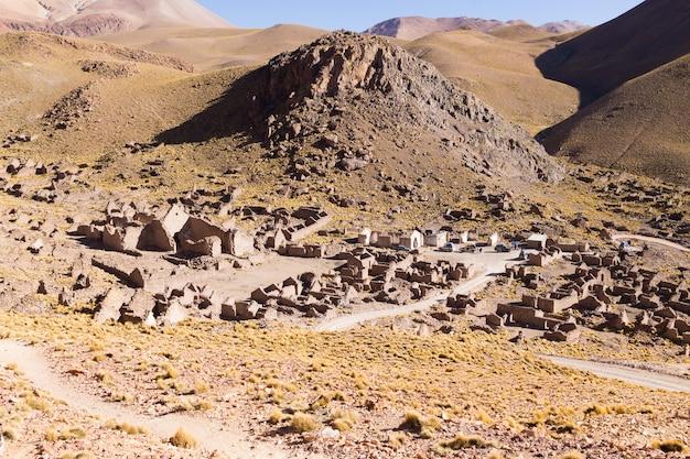 Wioska duchów na płaskowyżu andyjskim w boliwii. opuszczona kopalnia. san antonio de lipez