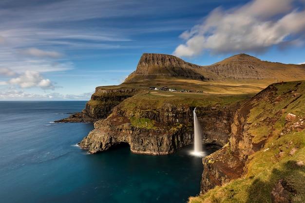 Wioska gasadalur i kultowy wodospad vagar na wyspach owczych