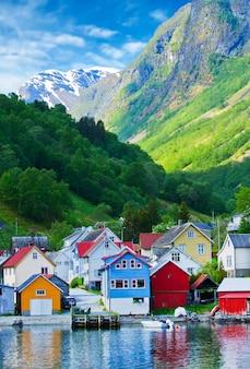 Wioska i morze widok na góry w fiordu geiranger, norwegia