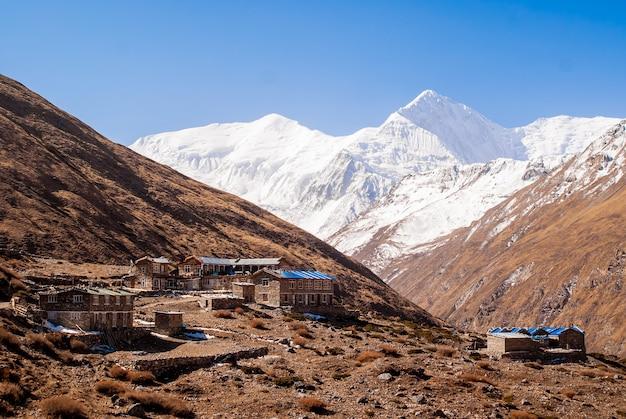Wioska ledar, schronisko turystyczne i budynki pensjonatu w himalajach