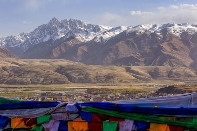 Wioska na górze sławny punkt zwrotny w ganzi, sichuan, chiny.