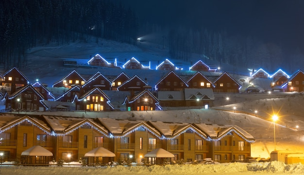 Wioska narciarska nocą
