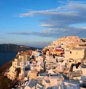 Wioska oia na santorini w grecji, wczesnym rankiem