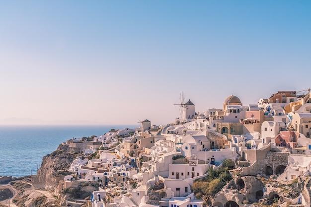 Wioska oia o zachodzie słońca, wyspa santorini, grecja