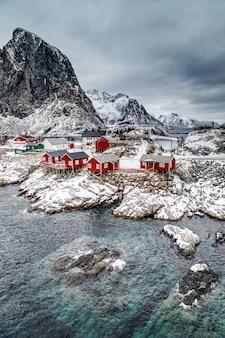 Wioska rybacka hamnoy z czerwonymi chatami rybackimi rorbu zimą na lofotach reine norway travel norway