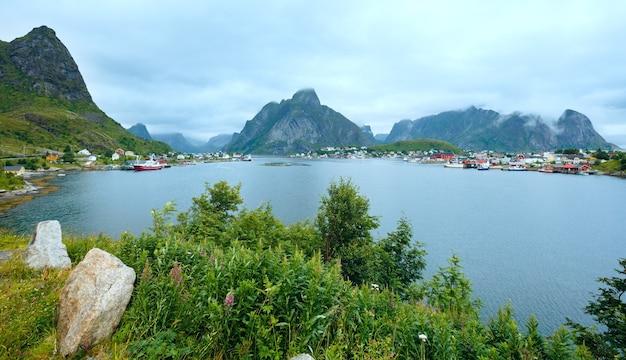 Wioska rybacka reine (lofoty, norwegia). pochmurny widok latem.