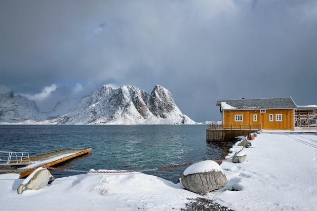 Wioska rybacka sakrisoy na lofotach, norwegia
