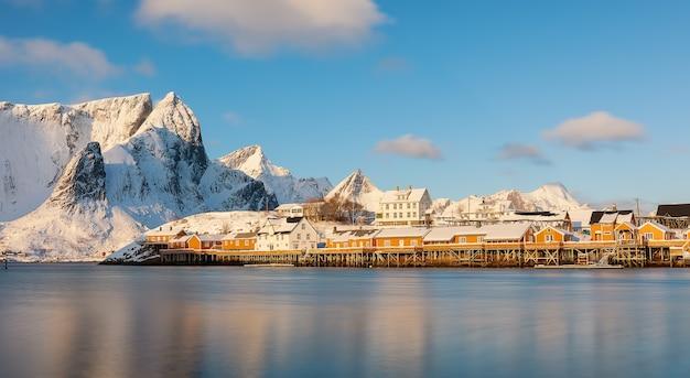 Wioska rybacka w górach i rorbu na wyspie sakrisya lofoty norwegia