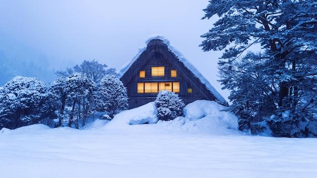 Wioska shirakawa-go zimą, japonia.