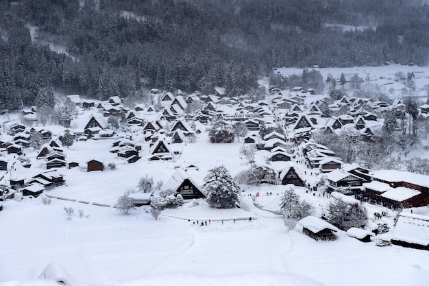 Wioska shirakawago zimą, japonia.