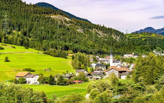 Wioska surava w dolinie albula w szwajcarii